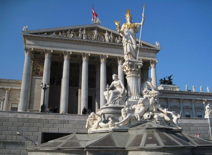 Назвавший Крым русским политик лидирует навыборах президента Австрии
