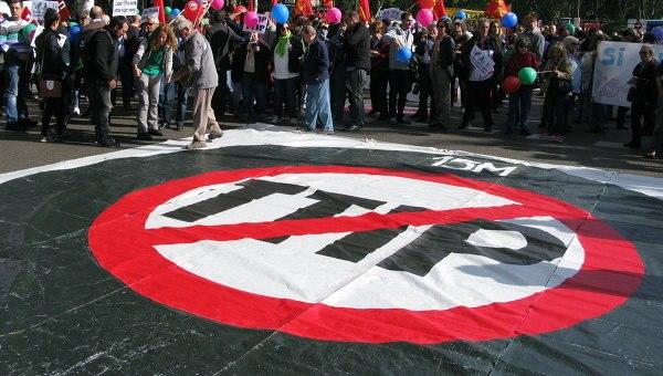 ВВаршаве протестуют против подписания торговых договоров сСША иКанадой