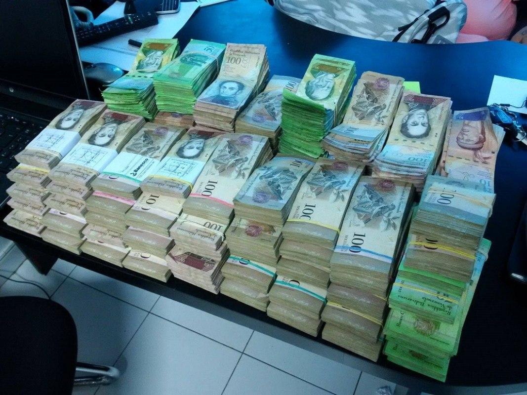 Власти Венесуэлы продлили срок обращения самой крупной купюры