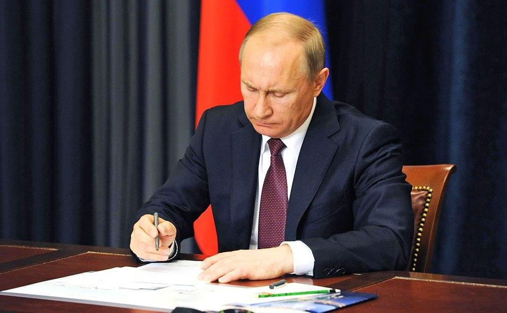 Путин подписал закон, регламентирующий рабочий день несовершеннолетних