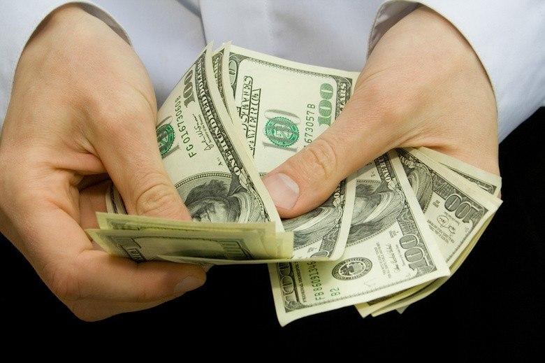 Банки Азербайджана ограничили продажу валюты