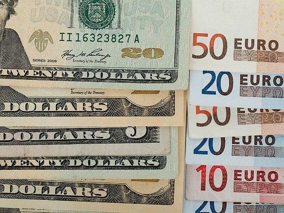 Курс рубля вырос относительно доллара иевро